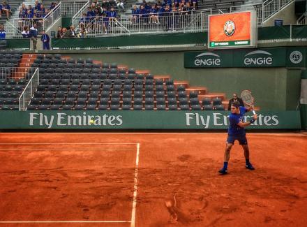 Федерер тренира на корт №1 на Ролан Гарос