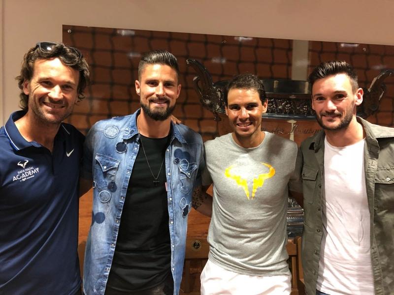 Футболни звезди на Франция чакат за снимка с Надал