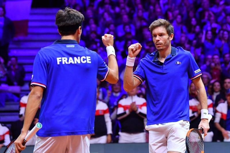 Франция остава в играта