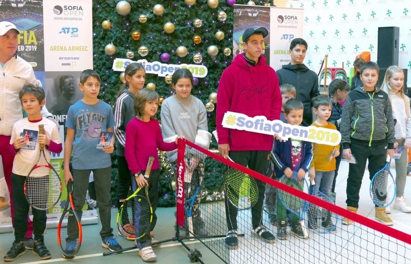 Адриан Андреев игра тенис с десетки деца под коледна елха
