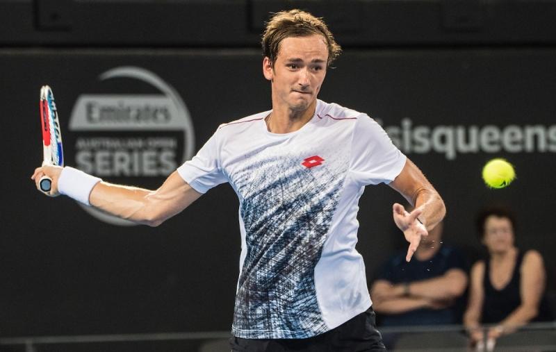 Медведев на полуфинал след обрат над Раонич