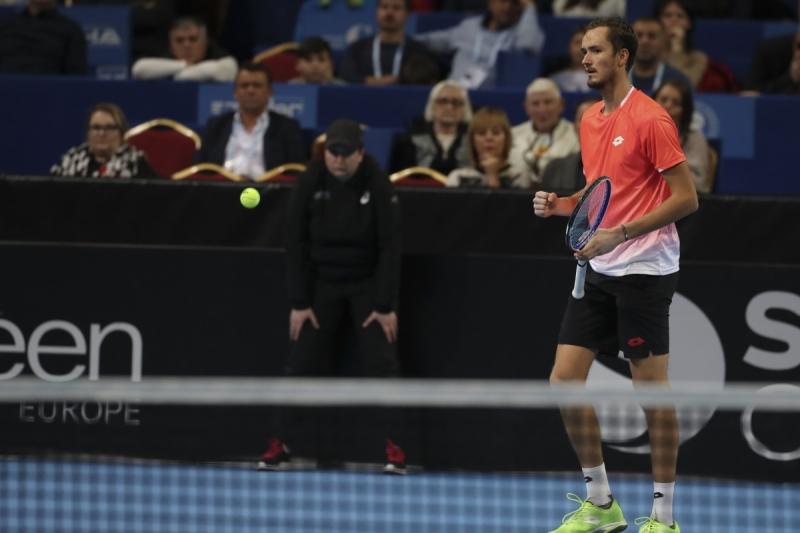 Медведев продължава с победите и в Ротердам