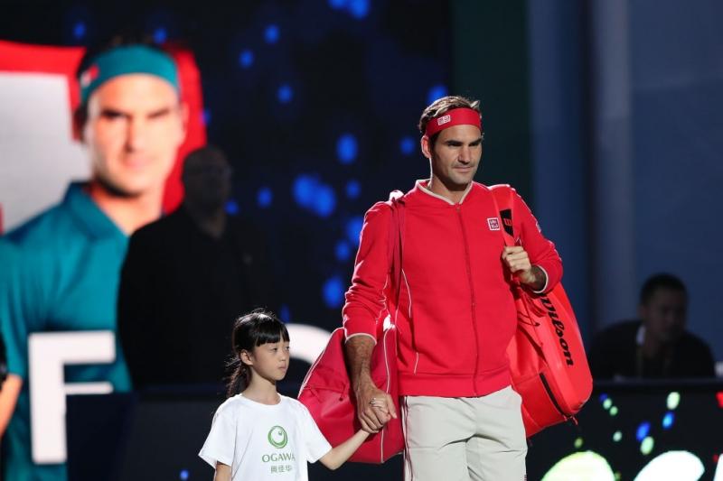 Роджър Федерер бие с лекота у дома